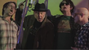 neil-young-lukas-nelson-promise-of-the-real-a-rock-star-bucks-a-coffee-shop-video-750x422